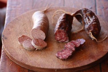 Links Leberwurst, rechts Salami