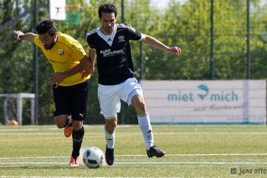 Auf dem Weg zum 1:0 für unseren FSV Schröck. Mehmet Kocak im Zweikampf mit Fernwalds Volkan Vural