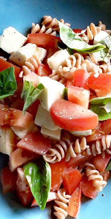 Mediterraner, lauwarmer Tomaten-Mozzarella-Vollkornspiralen Salat