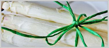 Weißer Spargel mit grüner Schleife gebunden-Tipps rund um den Spargel © Jutta M. Jenning