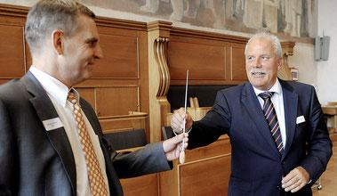 36 lange Jahre wirkte Heinz Burkhard (rechts) im Dienste der Ausgleichskasse des Kantons Bern. Im Berner Rathaus überreichte er gestern den Stab seinem Nachfolger Heiner Schläfli (links).