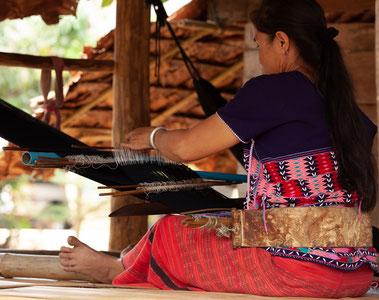 femme tisserande karen