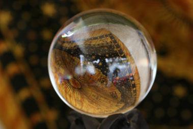 Der Blick in die dermatologische Glaskugel schafft gute und kritische Erwartungen für das kommende Jahr 2016. (Foto: Alexandra H./pixelio.de)
