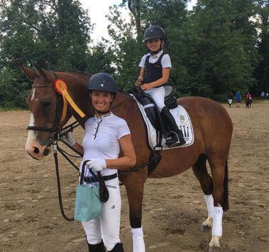 Führzügel-Siegerin Cleo Neumann mit Mama Frauke auf Zwiety. Das Sportpferd wurde vor 28 Jahren in Wahlitz geboren.