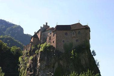 Schloss Runkelstein hoch auf dem Felsen thronend