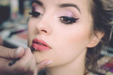 Farbauftrag für perfekte Lippen TeenEvent kindergeburtstag feiern geschenkideen teenager erlebnisgeschenk kinder Kussmund schminktipps schmink tutorial schminkkurs