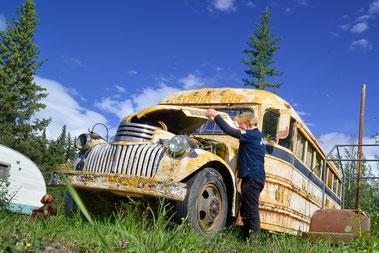 Der Motor des alten Schulbusses sieht noch recht ordentlich aus.