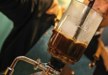 Foto método de preparación Syphon. Triangular Café.
