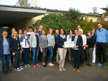 Mit den teilnehmenden Lehrern, der Arqum GmbH und dem LBV: die Spendenübergabe