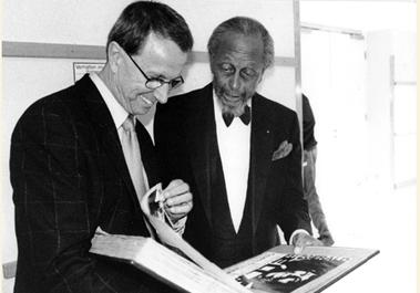Adi zeigt Percy Heath (Heath Brothers) stolz sein prallgefülltes Gästebuch