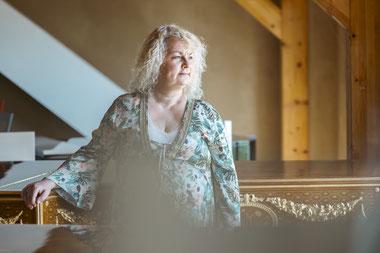 Klavierspielen lernen als Erwachsener   Hand auf ein er Flügeltastatur