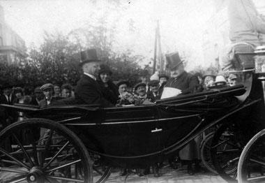 Installatie van de burgemeester van Hillegersberg, de heer Van Kempen. Op de foto de burgemeester, zijn vrouw en het oudste raadslid, 1924. Foto: Nationaal Archief