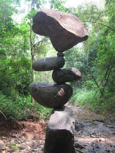 ※2:森の中に設置されたロック・バランシング作品。