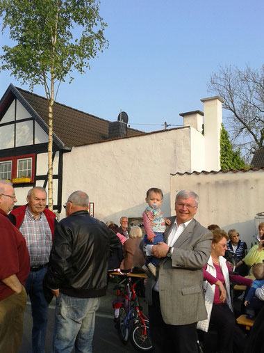 Traditionelles Maibaumaufstellen in Unkel-Heister