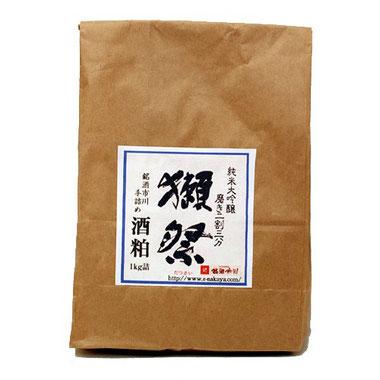 獺祭 磨き二割三分 純米大吟醸 新酒粕(バラ粕) 1kg詰 「超有名酒 獺祭 純米大吟醸 磨き二割三分(一升瓶で10,000円の最高級の日本酒)」の酒粕「板粕(バラ粕)」です。日本を代表するお酒はやっぱり酒粕もものすごく素晴しいです。この超ハイグレードな酒粕をぜひお試しいただきたく存じます。きっと一味も二味も違う甘酒、粕汁などがお愉しみいただけるかと思います。