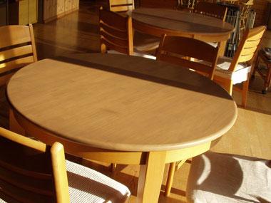 ゴム集成材のカフェテーブル