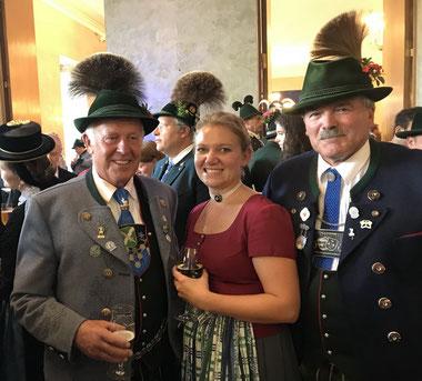 Gauvorstand Hans Schwaiger, 1. Pressewart Verena Assum und Peter Huber (Mitglied im Vorstand der Bayerischen Trachtenjugend)