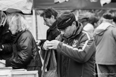 Homme à la poche, marché de Cadillac. Samedi 14 décembre 2019. Photographie : Jean-Pierre Couthouis
