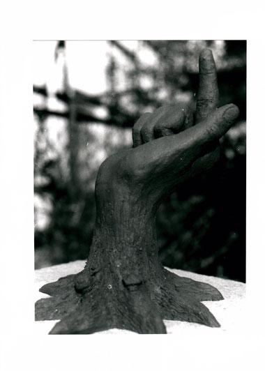 Tonskulptur Hand mit Wurzel, 1988