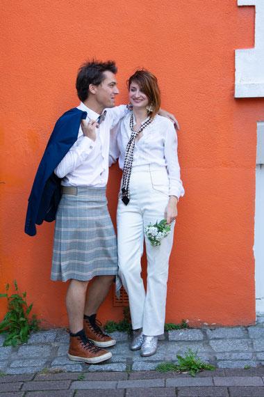 Voici la nouvelle tendance pour les mariés : le kilt. Fini le traditionnel costume 3 pièces qui vous tient chaud toute la journée. Restez élégant et confortable, un kilt, un gilet de sous les jupes des hommes et le tour est joué. Succès garantie.