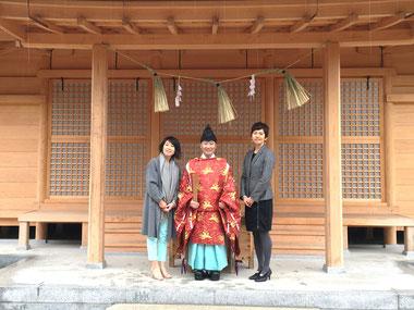 総社宮拝殿の前で記念撮影をする書をご奉納された西田カンナさま