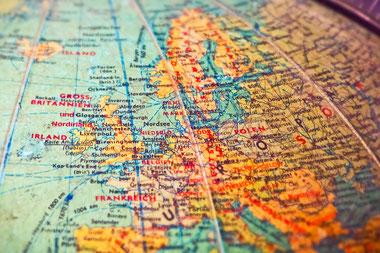 Blick auf die DDR auf einem alten Globus