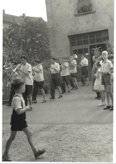 """1957/58 - Wahrscheinlich hat man sich beim """"Peitschi"""" in der Wurstküche für die Kirmesstunden gestärkt. Der Metzgermeister steht rechts und schaut dem Treiben zufrieden zu."""