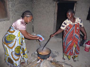 Oft wird die Glut des Feuers gebraucht, um Plastik zu verbrennen. Das ist sehr ungesund. Etwas Myrrhe in der Glut reinigt die Luft und vertreibt Moskitos.