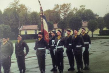 Contingent 82-10 - Garde au drapeau (Fonds J.P. AMEVET) - Porte-drapeau : LTN LAVAUD, à sa g. SCH GAUZENTES - 2è plan : de g. à d. : SGTs (PDL)  VAUCHER  AMEVET,, SOLLIET.