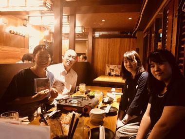 新曲のCDを持つ桜井さんと参加者の写真
