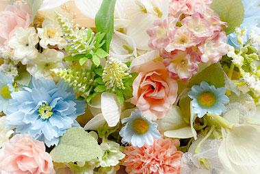 ミニチュアのグランドピアノとト音記号。グリーンのつる。