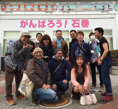 OUT IN JAPAN石巻被災地ミニツアーの様子。(JR石巻駅前にて)