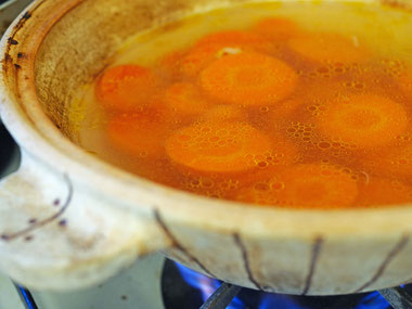 「にんじんの塩スープ」(有賀薫 著 スープ・レッスンp54)Cocciorino土鍋