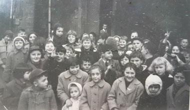 Die Taufe con Claude Arend - 1956 - die Rollinger Kinder warten auf Süsses. Man erkennt viele bekannte Gesichter.