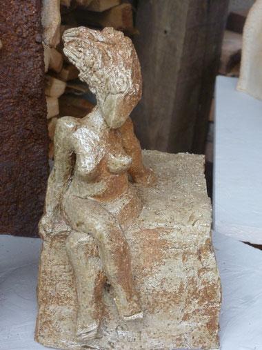 Mascotte de la cuisson - Sculpture Caco - petite femme assise sur rocher