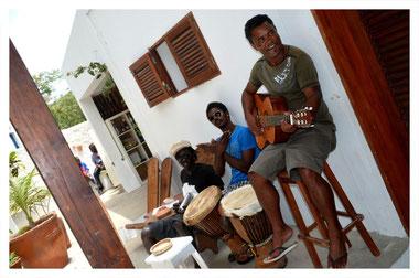 Musiker im Restaurant Fon' Banana in Povoacao Velha auf Boa Vista auf der Süd Tour von Boa Vista Tours