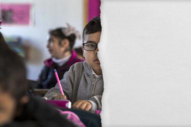 Syrischer Schuljunge - Bild in der Hälfte zerrissen