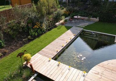 Holzsteg und Teich Außenanlage in Bräunlingen