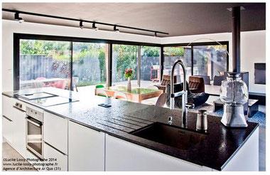 cuisine intérieur design toulouse cuisine laque blanche plan de travail noir ilot central