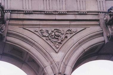 Die Kanten aller Ornamente und Friese aus Savonnier (Muschelkalksandstein aus dem Jura) sind für die bessere Sichtbarkeit aus der Distanz nachbearbeitet worden.