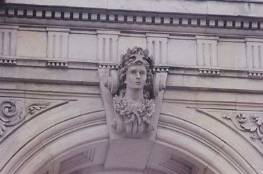 Nach der Erstellung des alten Bahnhofsportals 1991 musste die Fassade komplett renoviert werden. Das Bild zeigt den Kopf mit Stern (Symbol für den Osten). Die untere Gesichtspartie (Nase, Kinn, Mund) war stark erodiert.