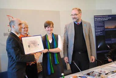 Überreichung der Urkunde für den ersten deutschen Sternenpark durch Umweltministerin Anita Tack (© Alrun Kaune-Nüßlein, MUGV)