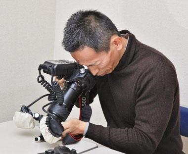 静止画用虫の眼レンズ搭載カメラと鈴木 格氏