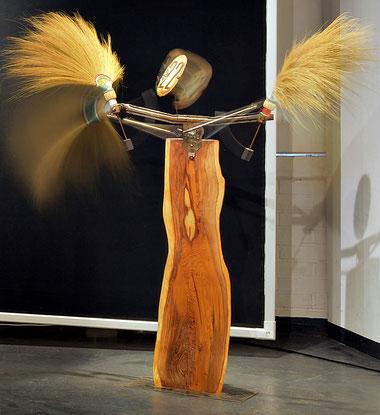 """""""Besenwesen"""" - Kinetische Skulptur von Kai Wolf"""