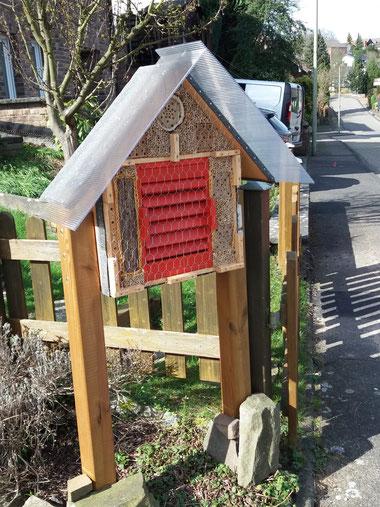 GE 2 kombinierte Wildbienenbrutstätte u. Überwinterhilfe für Schmetterlinge, Marienkäfer sowie Florfliegen