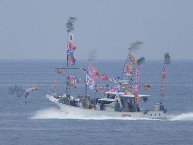 今日は江口で賑やかな漁船が沖で走ってました。