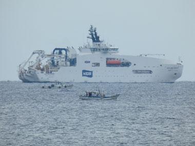 今日は沖に海底ケーブル船が来ていました。