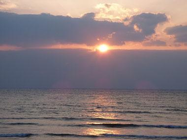 ギリギリ雲の間から少しだけ、夕日~