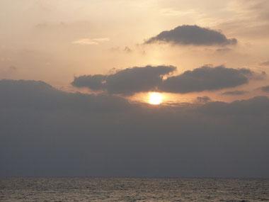 今日の夕日。またしても、雲ブロック~~(T_T) ブロックされる前にパチリ!