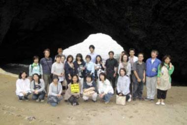 雷岩の前で記念撮影(写真は加工しています)
